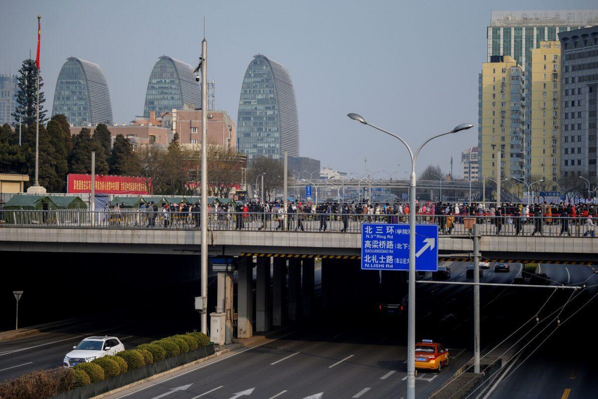 As pessoas fazem fila para fazer o teste de COVID-19 em Pequim em 23 de janeiro de 2021. (NOEL CELIS / AFP via Getty Images)