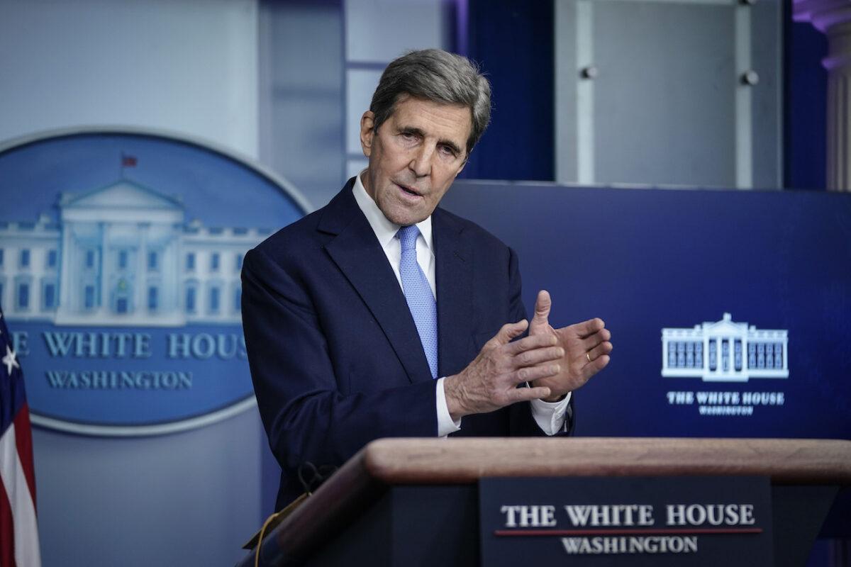 O Enviado Especial Presidencial para o Clima, John Kerry, fala durante uma entrevista coletiva na Casa Branca em Washington em 27 de janeiro de 2021 (Drew Angerer / Getty Images)