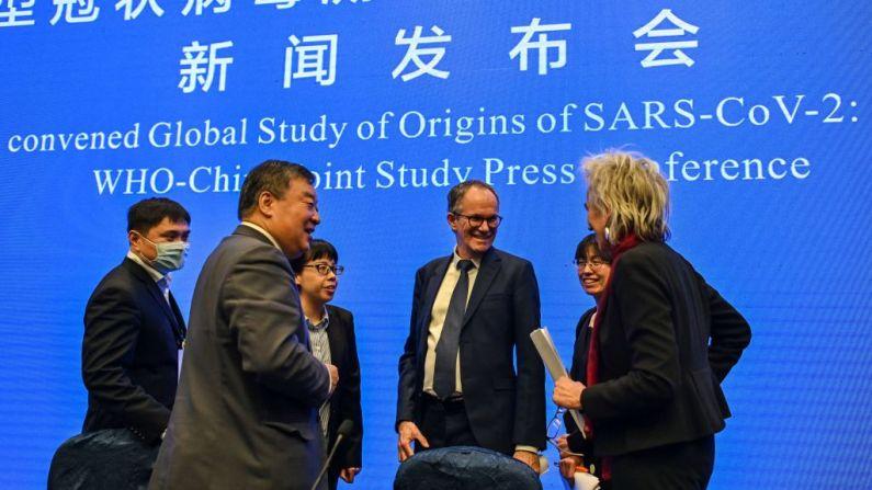 Peter Ben Embarek (C) fala com Liang Wannian (à esquerda) e Marion Koopmans (à direita) após uma coletiva de imprensa para encerrar a visita de uma equipe internacional de especialistas da Organização Mundial da Saúde (OMS) à cidade de Wuhan, na China, província de Hubei , em 9 de Fevereiro de 2021 (Foto por HECTOR RETAMAL / AFP via Getty Images)