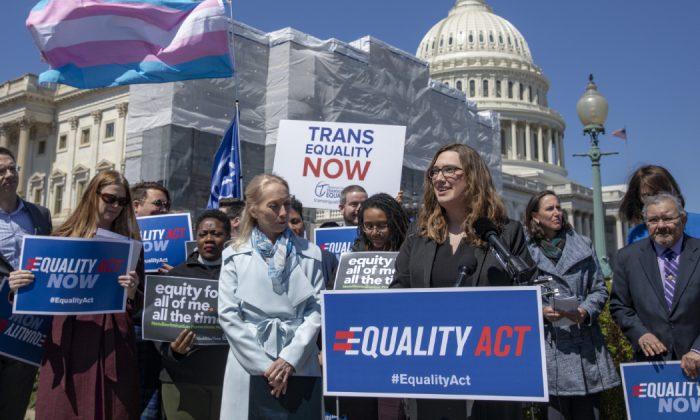 Grupos conservadores lançam campanha para proteger as crianças das políticas de identidade de gênero