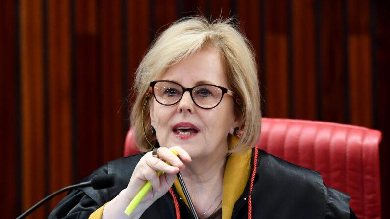 Rosa Weber suspende julgamento sobre decretos de armas de Bolsonaro