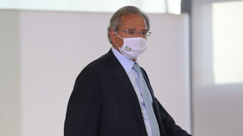 Governo tem obrigação de vacinar todos os informais em 4 meses, afirma Guedes