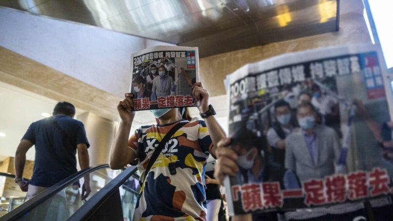 Autoridades e mídias apoiadas por Pequim ameaçam fechar o jornal 'Apple Daily' de Hong Kong