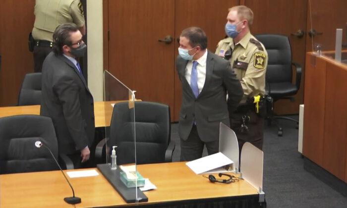 Derek Chauvin está sendo mantido em confinamento solitário