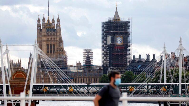 Reino Unido reduz nível de alerta para covid-19
