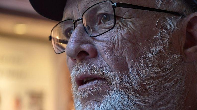 Homem recupera a visão após 19 anos de cegueira, conseguiu se submeter a uma cirurgia graças ao apoio de sua comunidade