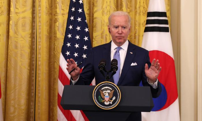 Biden desvia de pergunta em relação à opinião de Obama sobre OVNIs