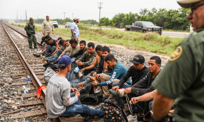 Texas processa governo Biden por libertar imigrantes ilegais infectados com COVID-19