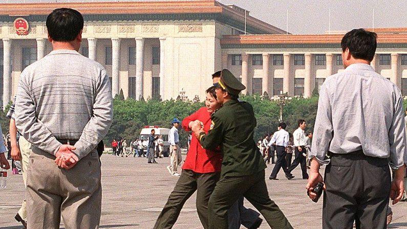 Regime chinês, antes de seu centenário, invade casas e detém praticantes do Falun Dafa