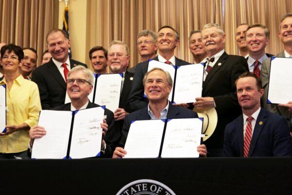 Abbott assina 7 projetos de lei para fazer cumprir a Segunda Emenda no Texas, incluindo portabilidade constitucional