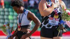 Atleta olímpico se afasta da bandeira dos EUA ao ouvir o hino, diz que 'foi uma armadilha'