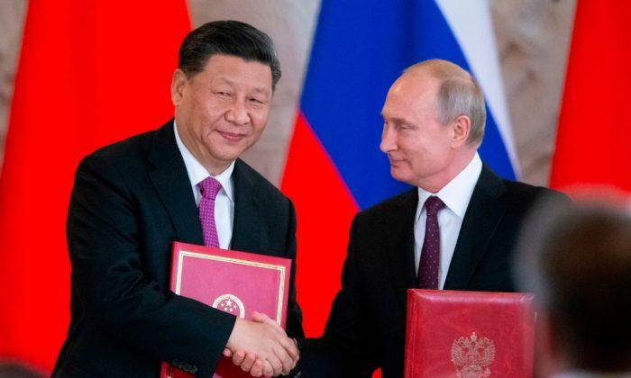 O presidente russo, Vladimir Putin, e seu homólogo chinês Xi Jinping trocam documentos durante uma cerimônia de assinatura após suas conversas no Kremlin em Moscou em 5 de junho de 2019 (Alexander Zemlianichenko / AFP / Getty Images)