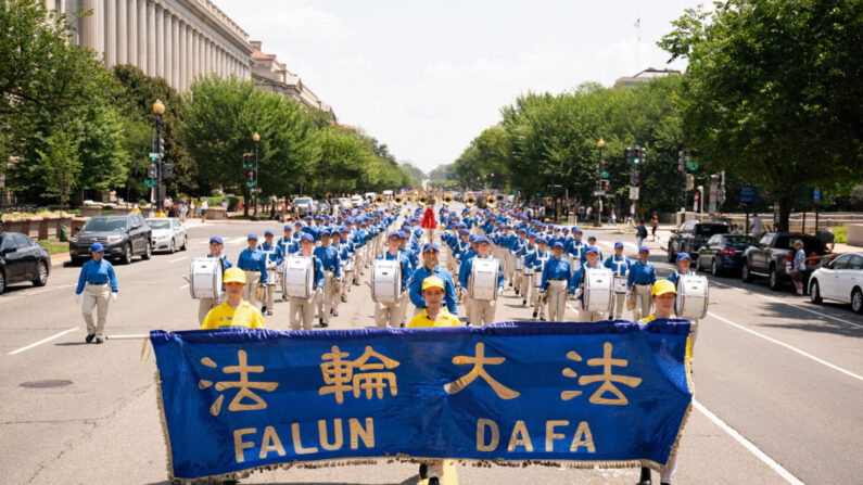 Fotos: praticantes do Falun Gong marcham em DC, pedindo o fim dos 22 anos de perseguição na China