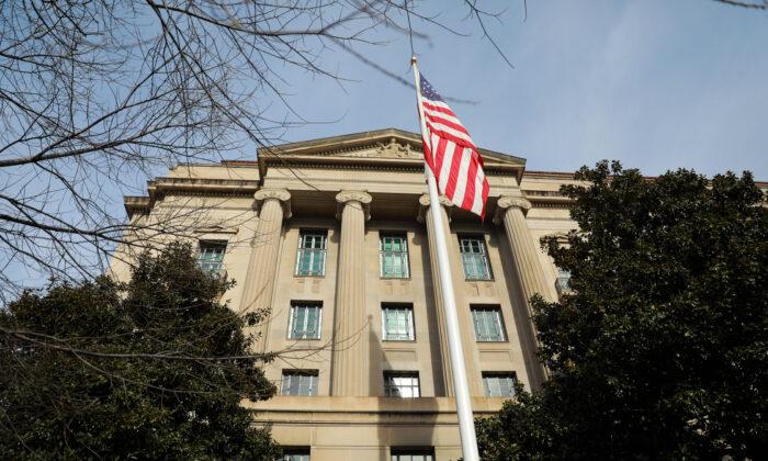 Departamento de justiça retira acusação de cinco investigados por ocultar ligações militares com a China