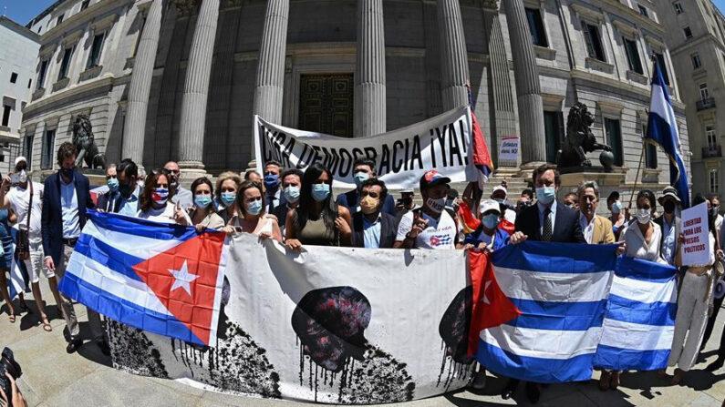 Cubanos denunciam na Espanha repressão de seus manifestantes pelo regime