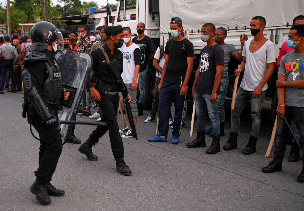 Policiais de choque percorrem as ruas após uma manifestação contra o regime do líder Miguel Díaz-Canel no município de Arroyo Naranjo, Havana (Cuba), em 12 de julho de 2021 (Yamil Lage / AFP via Getty Images)