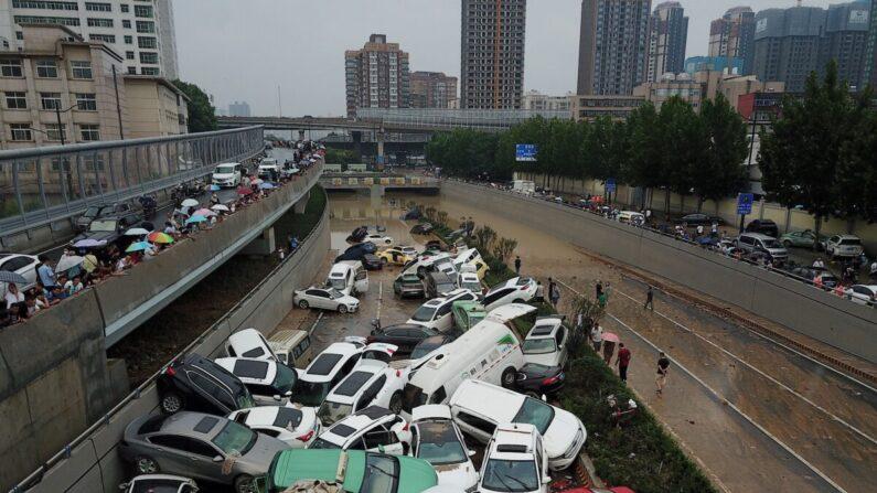 China: censores suprimem conteúdo de 'energia negativa' enquanto enchente mortal assola cidade