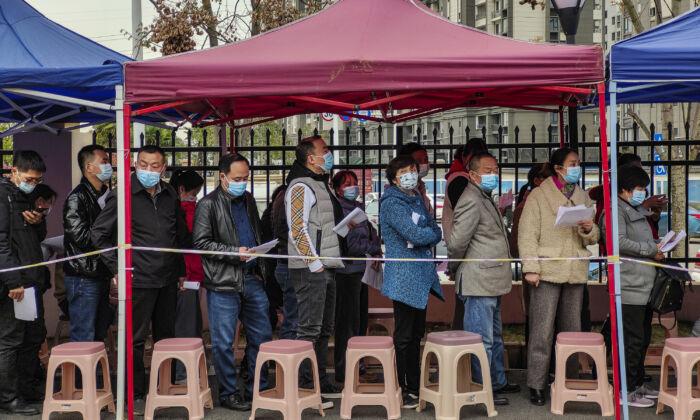 Autoridade local proíbe os residentes chineses que não foram vacinados de entrar em espaços públicos