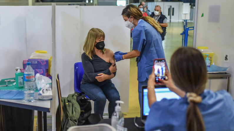 Vacinas COVID não devem ser misturadas, diz especialista da OMS