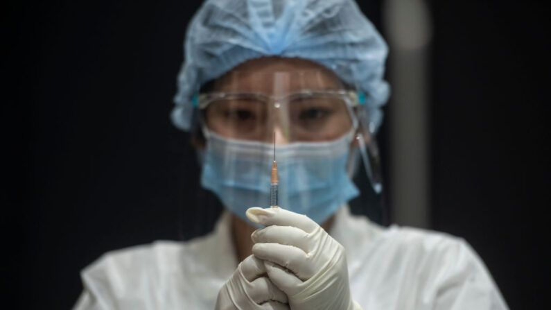 Tailândia aprova terceira dose para profissionais de saúde, após receberem vacinas Sinovac