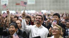 Governo Biden anuncia campanha para tornar mais fácil para milhões de imigrantes se tornarem cidadãos