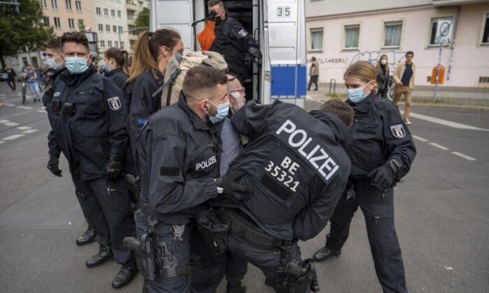 Dezenas de milhares protestam na Alemanha e na França contra passaportes de vacinas COVID-19