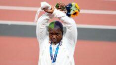 Comitê Olímpico analisa gesto que americano fez no pódio