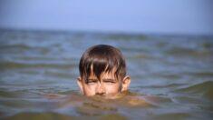 """Adolescentes salvam menino autista de afogamento """"Só pensei que tinha que tirá-lo de lá"""""""