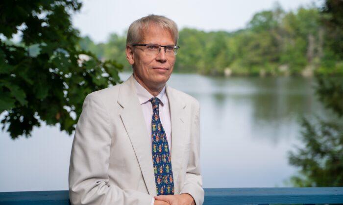 Coagir pessoas a serem vacinadas mina confiança na saúde pública, diz professor de Harvard