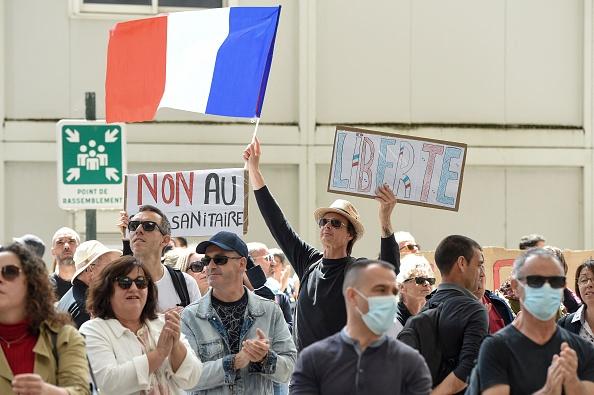 'Não aos passaportes de vacinas': protestos em massa eclodem na França após novas regras da COVID-19