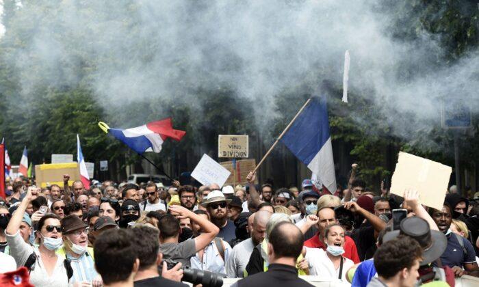 'Devíamos abolir isso': protestos contra passaporte de vacina francesa continuam pelo 6º fim de semana