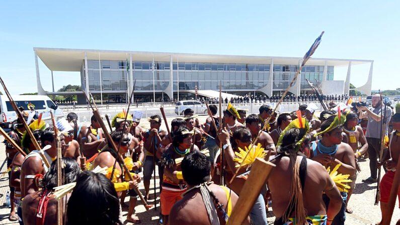 Indígenas aglomerados se manifestam em Brasília e criticam votação no STF