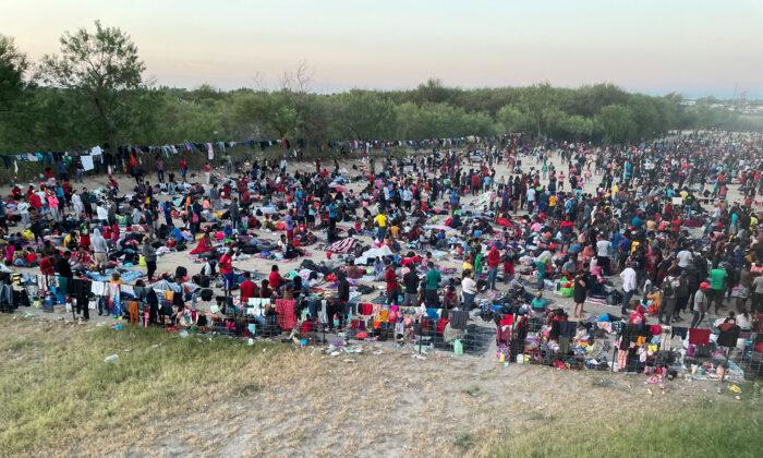 Prefeito na fronteira do Texas declara desastre e fecha ponte EUA-México após a chegada de milhares de imigrantes ilegais
