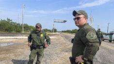 Agentes da patrulha de fronteira do Texas descobrem quarto de hotel lotado de imigrantes ilegais esperando para serem contrabandeados para os EUA