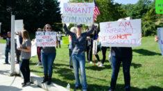 Trabalhadores da saúde não vacinados se manifestam em Long Island contra vacina obrigatória