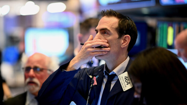 Wall Street abre no vermelho, temores de recuperação e problemas imobiliários chineses abalam os mercados