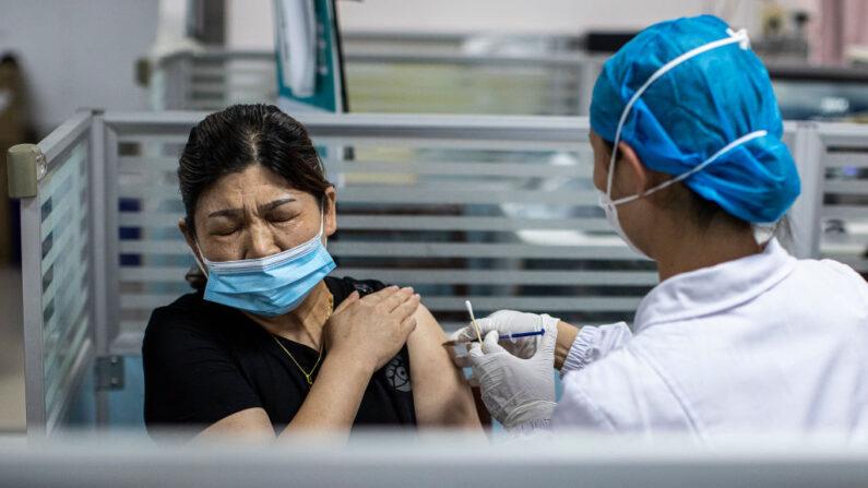 Autoridades chinesas ocultam relatos de mortes após aplicação da vacina COVID-19 fabricada no país