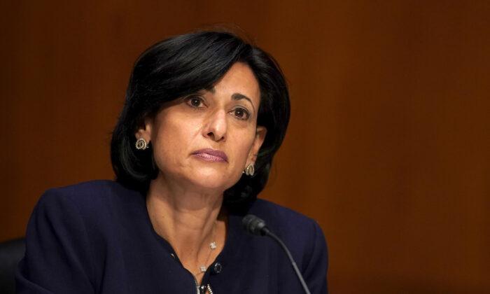 Diretora do CDC: perda de profissionais de saúde não vacinados é um 'desafio'