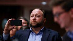 Alex Jones é condenado a pagar indenização por danos às famílias das vítimas de tiroteio em Sandy Hook