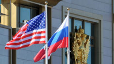 Governo Biden deve expulsar 300 diplomatas russos por impedimento à embaixada, dizem senadores
