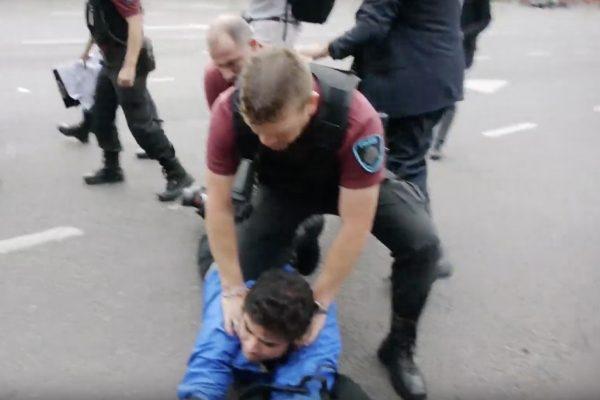 Um praticante masculino do Falun Gong é preso pela polícia argentina (Captura de tela via YouTube)