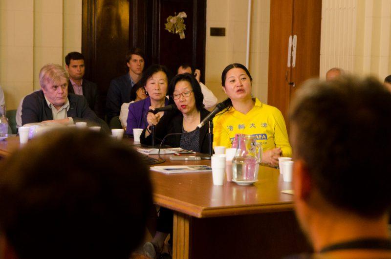 Dong Yuhua (vestido de amarelo, à direita) na Legislatura da Cidade de Buenos Aires, 14 de dezembro de 2016 (The Epoch Times)