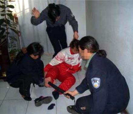 A representação de tortura apenas para fins ilustrativos. (Crédito: © Minghui)
