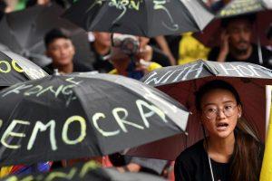 Ativistas do Congresso da Juventude Tibetana (TYC) gritam slogans enquanto participam de um protesto em apoio a manifestantes pró-democracia de Hong Kong em Nova Délhi em 30 de agosto de 2019 (Prakash Singh / AFP / Getty Images)