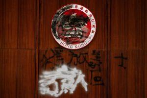 Um grafite é visto dentro da câmara durante uma visita de mídia ao Complexo do Conselho Legislativo em Hong Kong, em 3 de julho de 2019 (Anthony Kwan / Getty Images)