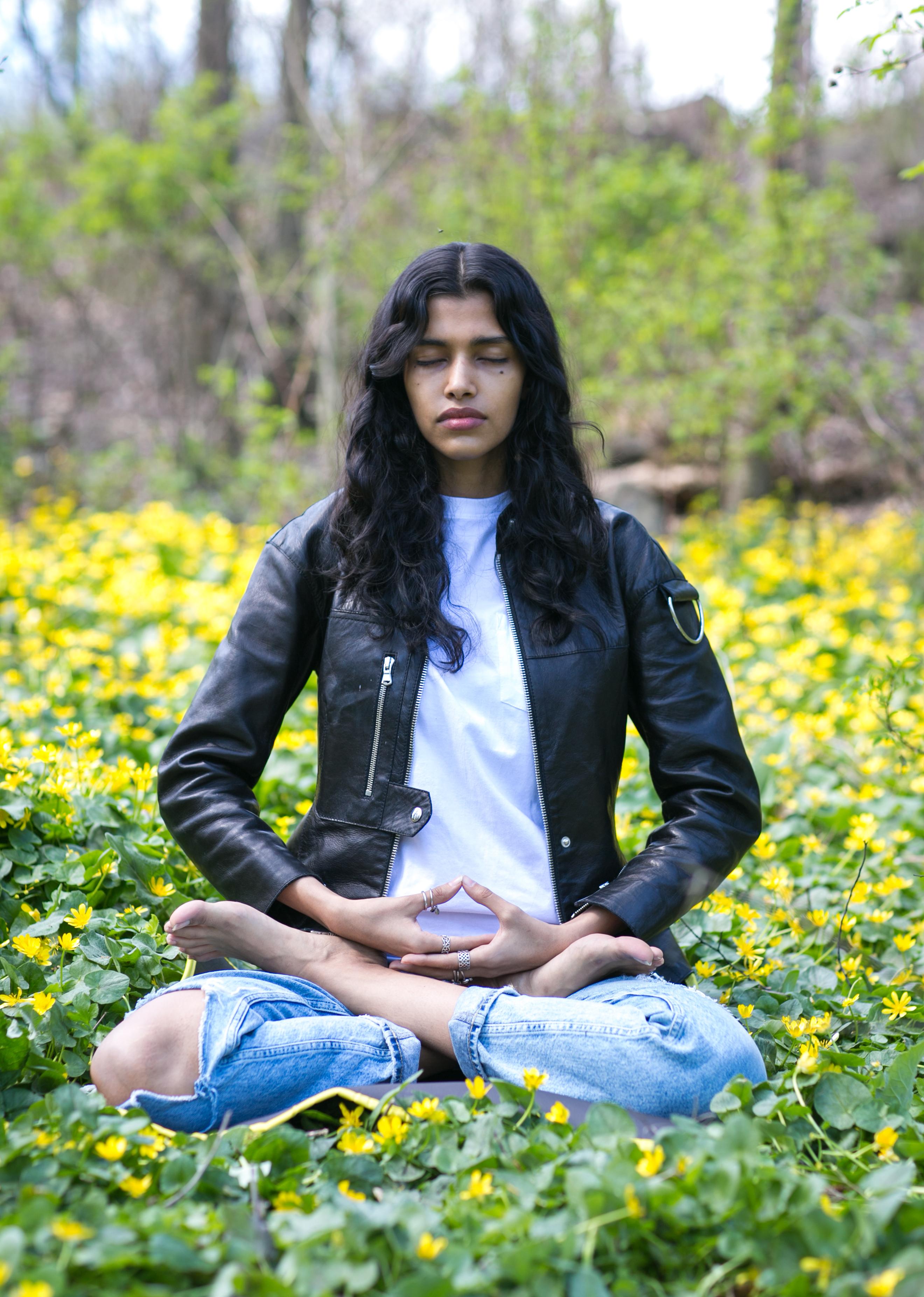 O modelo Pooja Mor medita no Central Park, em 19 de abril de 2016 (La Gran Época | Benjamin Chasteen)