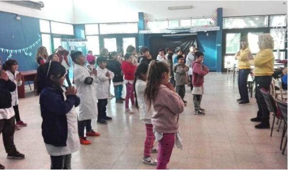 Estudiantes práctican Falun Dafa