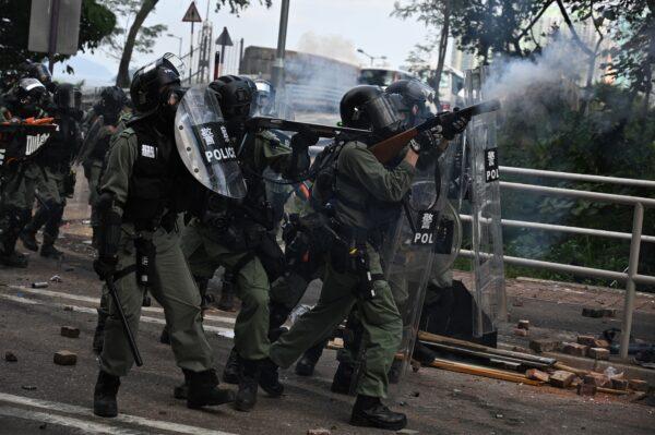 A polícia dispara gás lacrimogêneo contra manifestantes na Universidade Chinesa de Hong Kong (CUHK), em Hong Kong, em 12 de novembro de 2019 (Philip Fong / AFP via Getty Images)