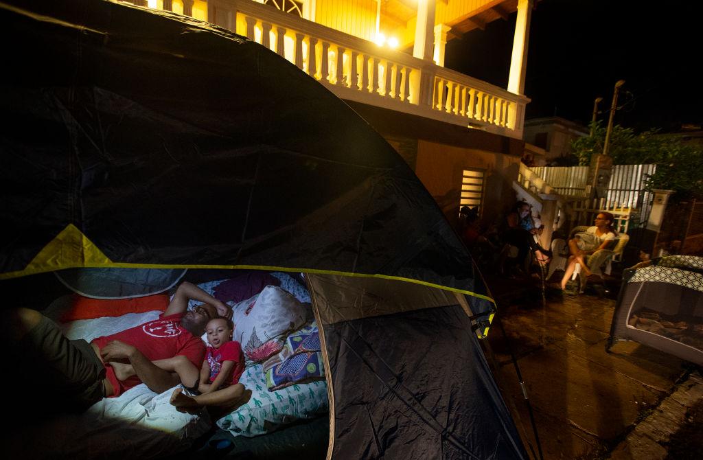 Com medo dos constantes terremotos, Jankanie Martínez e seu filho Jan Omar descansam em uma barraca em frente a sua casa em 11 de janeiro de 2020 em Guayanilla, Porto Rico (Foto de José Jiménez / Getty Images)
