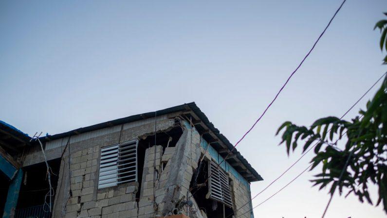 Uma casa gravemente danificada em Guánica, Porto Rico, em 11 de janeiro de 2020, depois que um forte terremoto atingiu a ilha (Foto de RICARDO ARDUENGO / AFP via Getty Images)